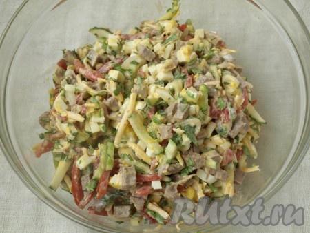 """Салат """"Бахор"""" поперчить и посолить по вкусу. Заправить майонезом, сметаной или йогуртом."""