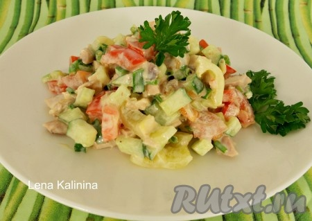 Вкуснейший летний салат с курицей, перцем и помидорами посолить по вкусу, хорошо перемешать и сразу же подать к столу.
