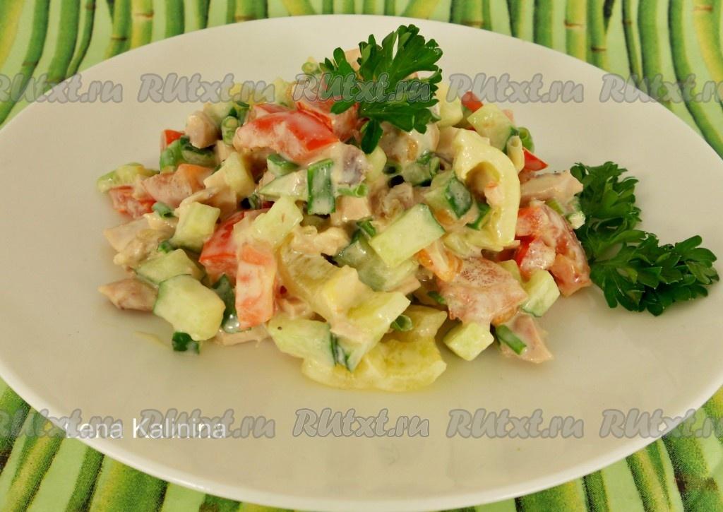 салат с помидорами и перцем и курицей