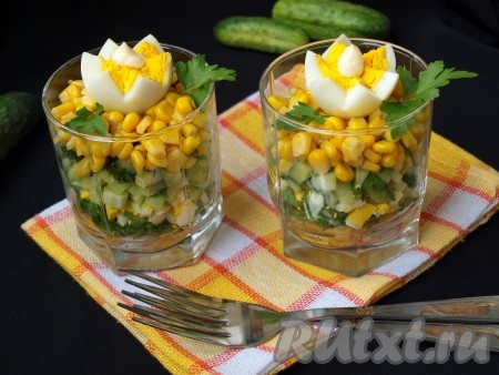Огурцы смазать майонезом, посыпать измельчённым укропом и выложить ещё по 2 столовые ложки кукурузы. Верх салата с щавелем можно украсить по желанию, например, варёным яйцом и листиками петрушки.