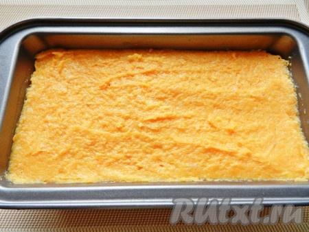 И последним слоем выложить фарш с морковью. Поставить форму в разогретую до 180 градусов духовку и готовить запеканку из куриного филе 30-40 минут.