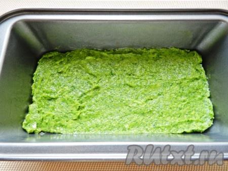 Форму для выпечки смазать растительным маслом. Выложить равномерно слой фарша со шпинатом.