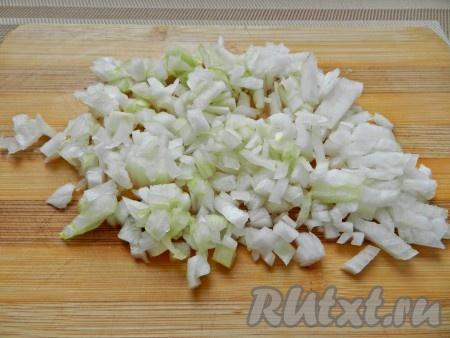 Лук очистить, нарезать и обжарить на растительном масле до золотистого цвета.