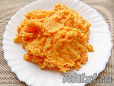 Поместить в блендер часть фарша и морковь. Прокрутить вместе, чтобы масса стала однородной.