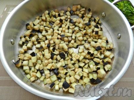 В сковороде разогреть растительное масло, обжарить нарезанный баклажан до румяности. Отложить обжаренные баклажаны в другую посуду.