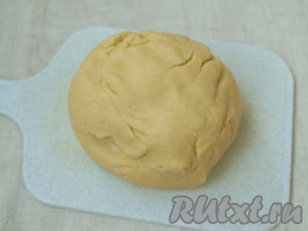 Замесить мягкое тесто. Одну третью часть теста отщипнуть и завернуть в плёнку, убрать в морозилку на 30 минут, можно и дольше.