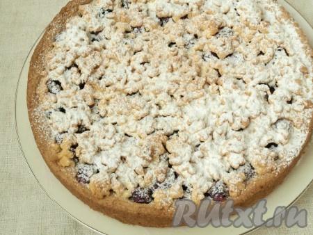 Разогреть духовку до 180 градусов и выпекать пирог 45 минут. Верх должен зарумяниться. Пирог следует полностью остудить и затем посыпать сахарной пудрой.