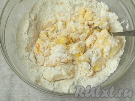В миску просеять муку вместе с разрыхлителем, всыпать сахар. Перемешать, добавить яйцо, сметану и мягкое сливочное масло.