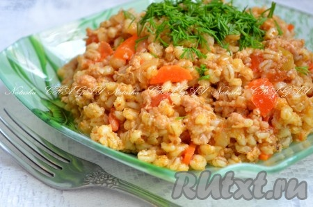 Вкусная перловка с фаршем и овощами готова. При подаче можно добавить мелко порезанную свежую зелень.