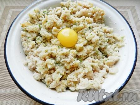 Рыбное филе пропустить через мясорубку вместе с картофелем, жареным луком и зеленью. Добавить пропущенный через пресс чеснок. Вбить яйцо и вымесить фарш. Посолить и поперчить по вкусу.