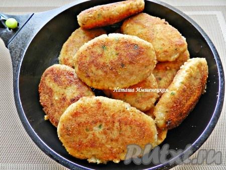 Затем накрыть крышкой, уменьшить огонь до минимума и довести рыбные котлеты с картофелем до готовности в течение 10-15 минут. Вкусные рыбные котлеты с картофелем готовы.