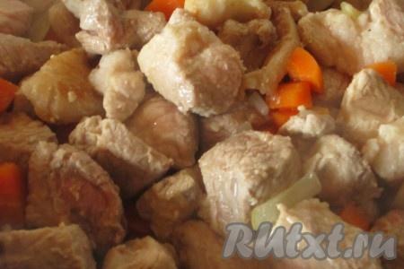 Обжаренное мясо с луком и морковью переложить в кастрюлю с толстым дном. Тушить свинину на небольшом огне под закрытой крышкой минут 25-30. Время от времени перемешивать кусочки мяса. Они должны дать сок (бульон).