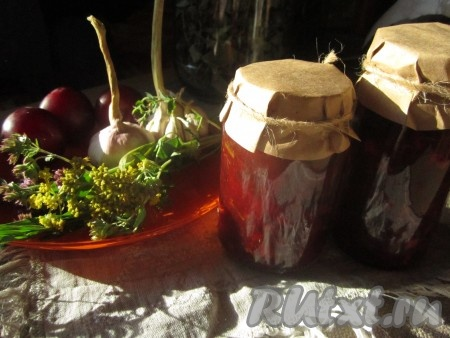 Чтобы заготовить сливовый соус на зиму, стерилизуем заранее баночки или бутылочки и крышки к ним. Разливаем готовый соус горячим в ёмкости и закупориваем.