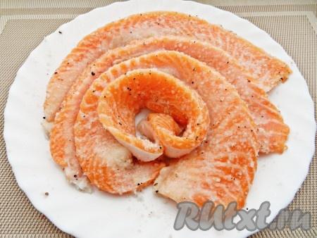 Смешать соль с черным перцем и обвалять в смеси каждый кусочек рыбы.