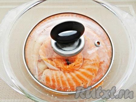 Сложить в стеклянную посуду, накрыть тарелкой или крышкой меньшего размера и убрать в холодильник на сутки.