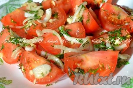 Оставить на 1 час при комнатной температуре, перемешать, затем убрать в холодильник еще на 1 час. Снова перемешать и можно кушать. Надеюсь, вам пригодится рецепт быстрого приготовления очень вкусных маринованных помидоров и вы останетесь довольны.