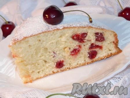 Очень вкусный кекс на сметане остудить в форме, затем достать и посыпать сахарной пудрой.