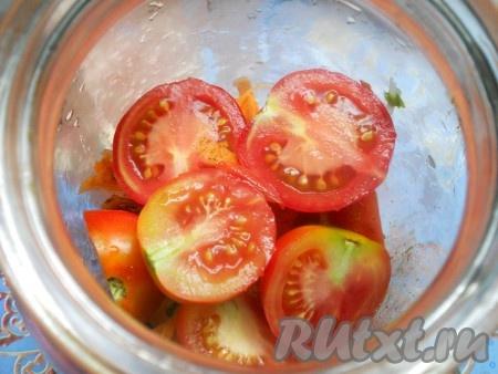Помидоры разрезать на 2 части. В 2-х литровую банку складывать помидоры слоями.