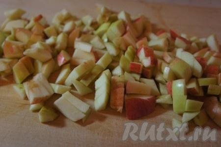 Яблоки тщательно моем, убираем семена и мелко нарезаем.