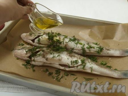 Полить рыбу оливковым маслом.