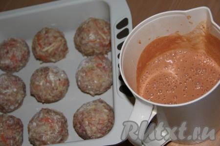 Приготовить соус: в глубокой ёмкости соединить воду, сметану, томатную пасту и муку. Можно слегка посолить. Затем всё хорошо перемешать, я использовала погружной блендер.