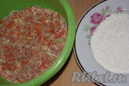 В большой миске соединить капусту, фарш, морковь, лук, яйцо, рис. Посолить, добавить приправы и всё хорошо перемешать.