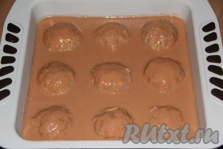 Духовку заранее разогреть. Залить ленивые голубцы томатно-сметанным соусом и поставить форму в духовку.