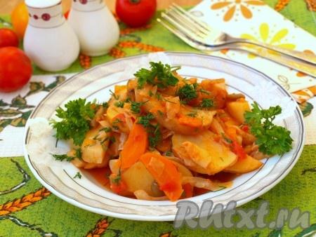 При подаче блюдо посыпать зеленью. Рагу из картофеля, кабачков и капусты готовится достаточно просто, а получается не только вкусным, но и полезным.