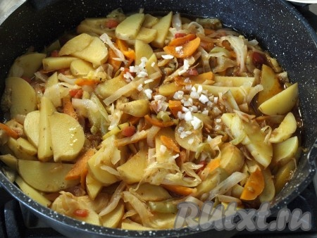 В конце приготовления в рагу из картофеля, кабачков и капусты добавить мелко нарезанный чеснок. Также можно добавить ароматные травы.