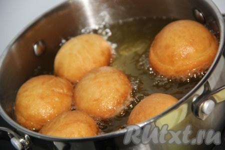 Обжарить пончики до золотистого цвета со всех сторон.