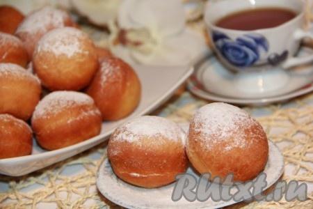 По желанию посыпать пончики сахарной пудрой. Воздушные, пышные дрожжевые пончики с начинкой понравятся и деткам, и взрослым. Очень вкусно!