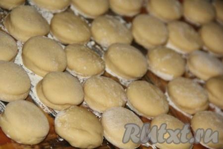 Накрыть наши будущие дрожжевые пончики полотенцем и оставить на 30-40 минут, они увеличатся в размере.