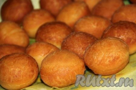 Готовые пончики достать шумовкой и выложить на бумажное полотенце, чтобы удалить излишки масла.