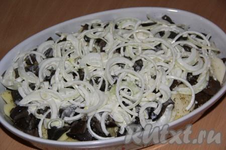 Далее выложить лук, который мариновался вместе с мясом.