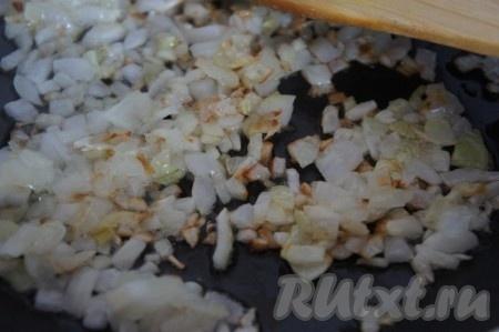 Обжариваем лук на растительном масле до золотистого цвета.