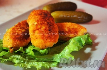 Подавать аппетитные картофельные котлетки, приготовленные по этому рецепту, можно как отдельное блюдо со сметаной и солёными огурчиками, например, а также как гарнир к мясу или птице.