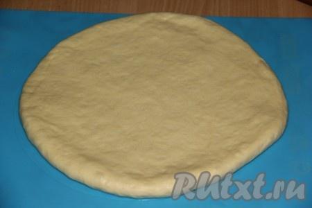 Большую часть теста раскатать в круг (не тонко!). Для формы размером 30х30 см диаметр круга должен быть примерно 25х25 см.