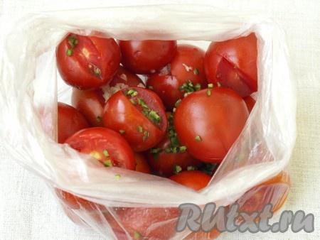 Сложить помидоры в целлофановый пакет, добавить мелконарезанный горький перец и чеснок.