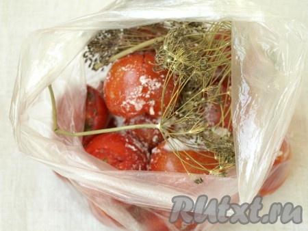 В пакет всыпать сахар и соль, положить сухой укроп.