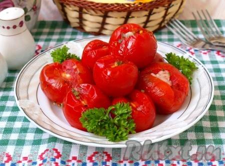Подавать малосольные помидоры, приготовленные в пакете, можно к любому гарниру, особенно хорошо они гармонируют с отварной картошкой.<br /><br /><br />