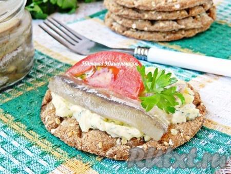 Используйте соленую мойву, приготовленную по этому рецепту, для закусок, салатов, бутербродов.