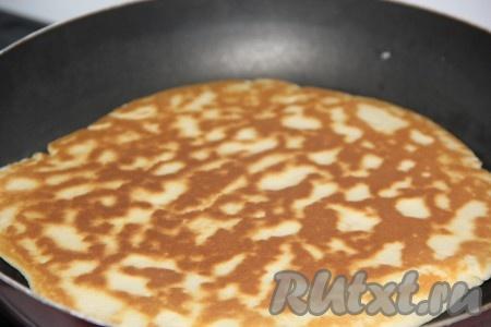 Выпекать коржи для торта на сухой сковороде с двух сторон до золотистой корочки. Коржи жарятся быстро.