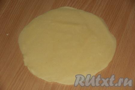 Каждую часть теста раскатать скалкой в круг, диаметр примерно 26-27 см.