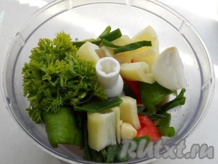 Лук, помидоры, чеснок, сладкий болгарский перец, петрушку и перья зеленого лука поместить в чашу блендера.
