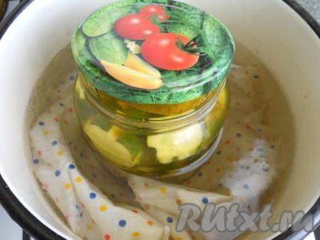 Залить огурчики кипящим маринадом, накрыть крышками. Стерилизовать 10 минут от момента закипания воды.