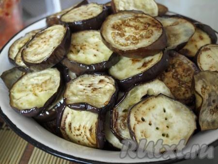 Затем обжарить баклажаны на подсолнечном масле до состояния, когда их можно будет легко проколоть вилкой. Зажаривать не нужно.