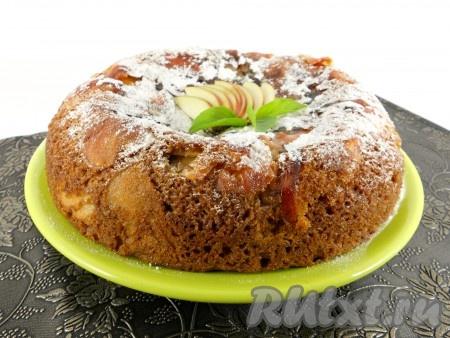 Сверху посыпать этот необыкновенно вкусный и нежный яблочный пирог, приготовленный в мультиварке, сахарной пудрой и украсить по своему усмотрению.