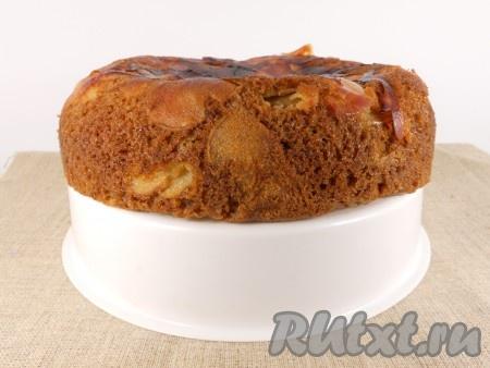 """Выставить режим """"Выпечка"""" на 1 час. После окончания готовки оставить яблочный пирог в мультиварке под закрытой крышкой еще на 15-20 минут. Готовый пирог вынуть, перевернув его. Полностью остудить."""