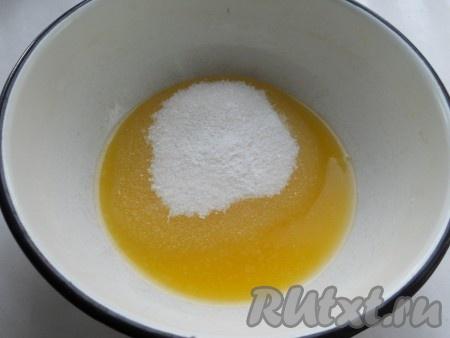 Масло сливочное растопить. Вылить в глубокую миску, добавить сахар и ванильный сахар.