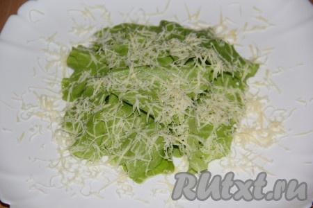 Сыр натереть на мелкой тёрке и присыпать листья салата.